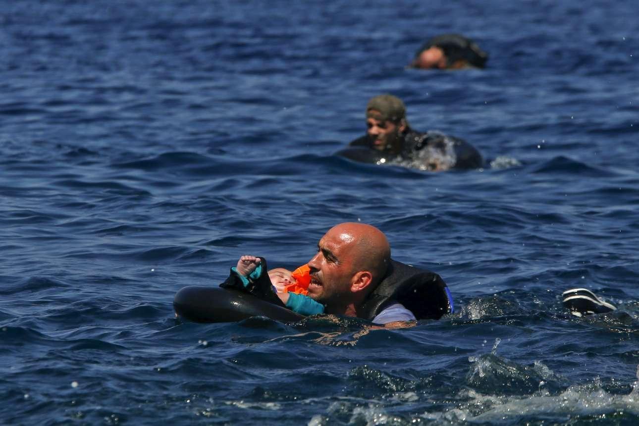 13 Σεπτεμβρίου 2015. Ενας σύρος πρόσφυγας μεταφέρει το μωρό του ενώ κολυμπάει στα ανοιχτά της Λέσβου
