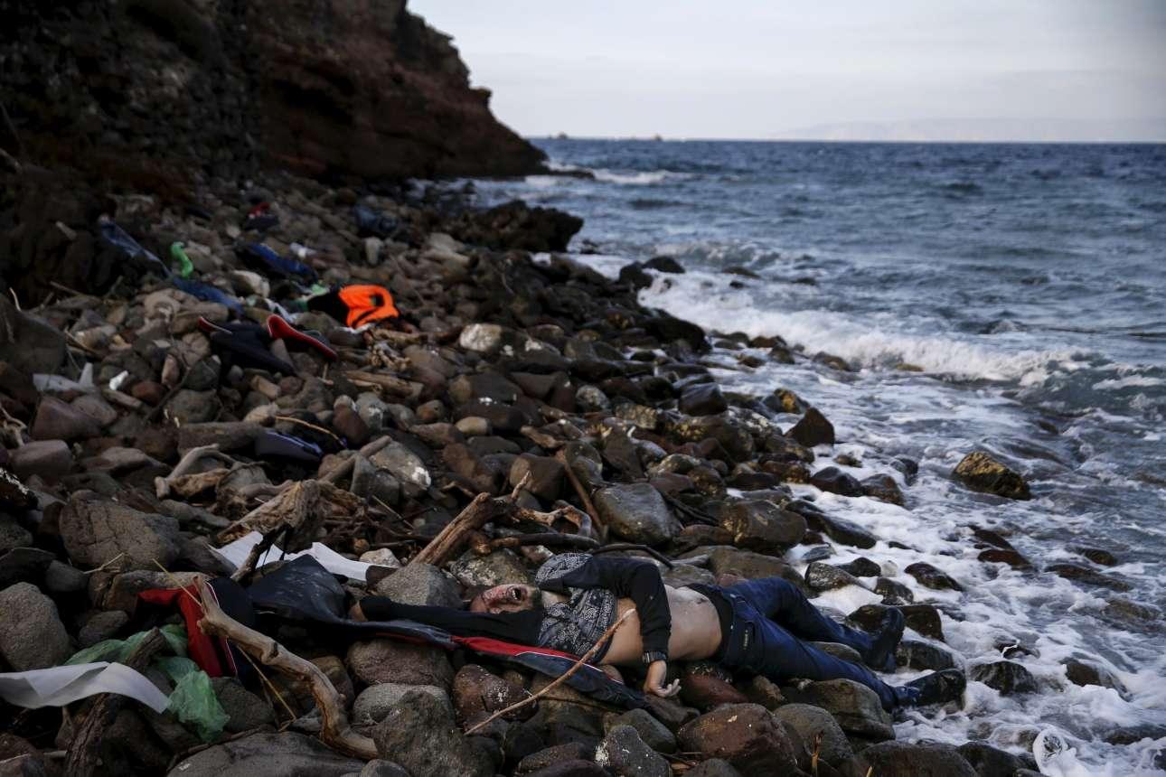 7 Νοεμβρίου 2015. Η σορός ενός πρόσφυγα έχει ξεβραστεί σε μια ακτή της Λέσβου. Μια εικόνα που σοκάρει και εξειδικεύει τον αριθμό των αμέτρητων θυμάτων στο νεκροταφείο του Αιγαίου