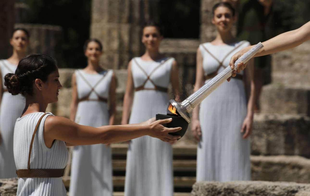 Η Ολυμπιακή Φλόγα στη συνέχεια μεταφέρεται σε ένα πήλινο αγγείο