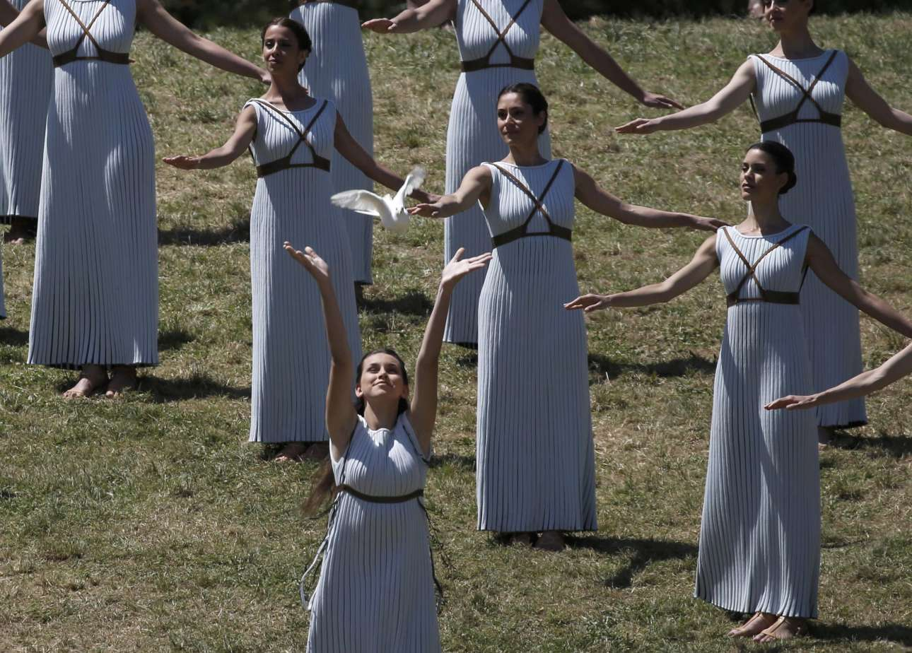 Ενα λευκό περίστερι - σύμβολο ειρήνης εδώ και αιώνες - ελευθερώνεται και πετάει προς τον ουρανό