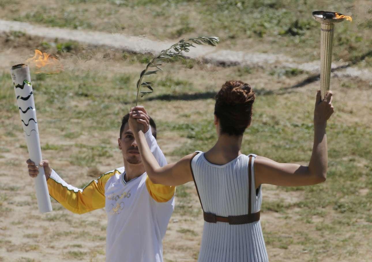 Μαζί με την Ολυμπιακή Φλόγα ο Λευτέρης Πετρούνιας παραλαμβάνει και ένα κλαδί ελιάς