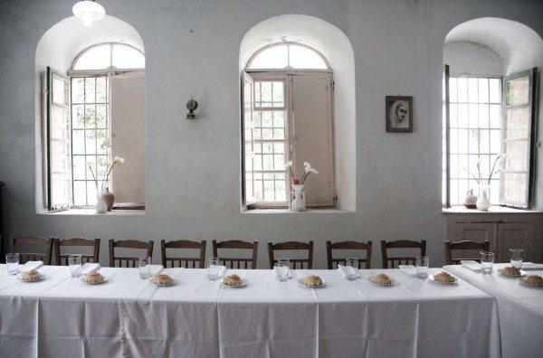 Το τραπέζι περιμένει για το Δείπνο... (Φωτο: Εβελυν Φώσκολου)