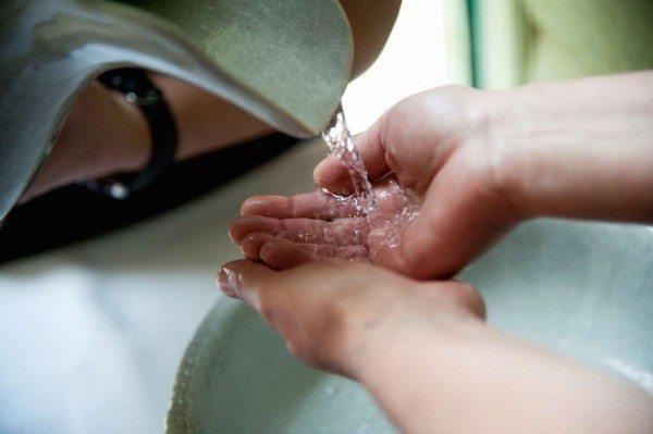 Τελετουργικό πλύσιμο των χεριών, να ακολουθεί και η καρδιά και το μυαλό (Φώτο: Εβελυν Φώσκολου)