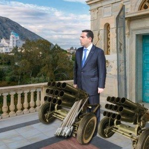 Ο επίτιμος στρατηγός ρουκετοβολικού Νότης Μηταράκης περιμένει να δοθεί το σύνθημα της μάχης έξω από την Παναγία την Ερειθιανή στο Βροντάδο.