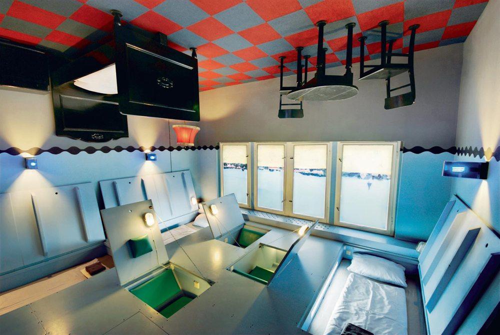 Propeller Island City Lodge, Γερμανία.  Αρχικά δημιουργήθηκε ως προσωπικός χώρος τοτ καλλιτέχνη Λαρς Στρόχεν. Σήμερα το ξενοδοχείο διαθέτει 31 δωμάτια. Σε κάποιο από αυτά το κρεβάτι είναι στην οροφή, ένα άλλο λέγεται «Therapy» και είναι εντελώς λευκό, ένα τρίτο είναι το «Mirror» και έχει παντού καθρέφτες. Υπερβολές; Οχι, εμπειρία.