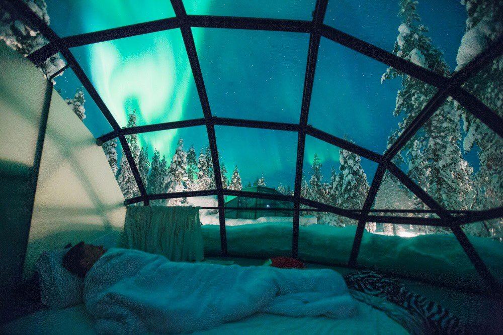 Hotel Kakslauttanen, Φινλανδία.  Τα γυάλινα ιγκλού δεν είναι η μόνη «σπεσιαλιτέ» του Kakslauttanen: έχει επίσης ιγκλού από πάγο και ξύλινες καλύβες. Το καλό με το γυαλί, όμως, είναι ότι δεν λιώνει ποτέ, ενώ επιτρέπει στον επισκέπτη να παρατηρήσει αραχτός στο κρεβάτι του το υπέροχο βόρειο σέλας – ένα φυσικό φαινόμενο που εκδηλώνεται συνήθως από τα τέλη Αυγούστου ως τον Απρίλιο. Τα ιγκλού είναι κατασκευασμένα από ένα γυαλί που δεν επιτρέπει στο κρύο να περάσει στο εσωτερικό. Οχι ότι δεν κάνει κρύο και μέσα. Μόνο που η εσωτερική θερμοκρασία είναι – 3 βαθμοί Κελσίου και όχι – 30 που είναι η εξωτερική.