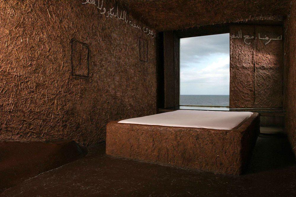 Atelier sul mare, Ιταλία.  Το Atelier sul mare είναι εξολοκλήρου αφιερωμένο στη σύγχρονη τέχνη, ενώ κάθε δωμάτιο είναι σχεδιασμένο από έναν διαφορετικό καλλιτέχνη. Το δωμάτιο του Προφήτη, για παράδειγμα, είναι αφιερωμένο στον Πιερ Πάολο Παζολίνι. Στο δωμάτιο των Πύργων η οροφή ανοίγει μια μανιβέλα επιτρέποντας στον επισκέπτη να κοιμηθεί κάτω από τον ουρανό. Κι ένα άλλο διαθέτει ένα τεράστιο τριγωνικό κρεβάτι.