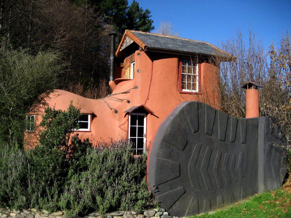 The Boot. Bed'n'Breakfast, Νέα Ζηλανδία.  Για τη δημιουργία αυτού του καταλύματος χρειάστηκε η ιδιοφυΐα ενός εκκεντρικού καλλιτέχνη όπως είναι ο Στιβ Ρόκαρντς. Παρά τους καμπυλωτούς τοίχους και τα καμπυλωτά παράθυρα, η διαμονή είναι άνετη. Οι επισκέπτες έχουν στη διάθεσή τους ένα διπλό κρεβάτι, μια μικρή κουζίνα, ένα μίνι μπαρ και μπάνιο με ντουζ.