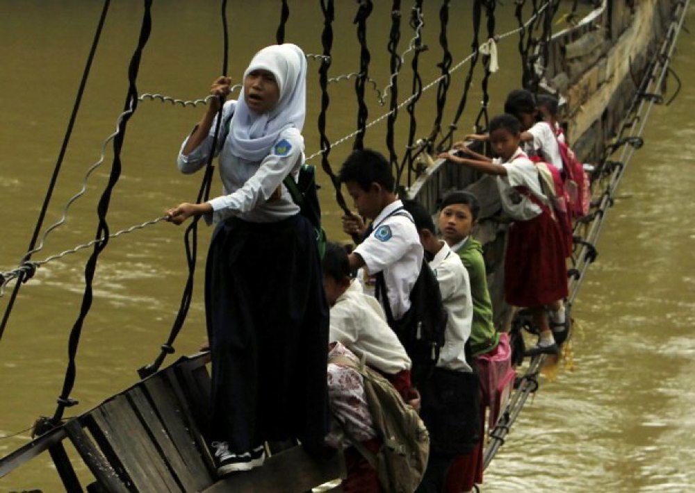 Ινδονησία. Για να φτάσουν στο χωριό Σανγκιάνγκ Ταντζούνγκ, όπου βρίσκεται το σχολείο τους, αυτά τα παιδιά ήταν υποχρεωμένα να διασχίζουν τον ποταμό Σιμπεράνγκ από μια κατεστραμμένη γέφυρα. Η δημοσίευση της φωτογραφίας κινητοποίησε μια από τις μεγαλύτερες κατασκευαστικές εταιρίες της χώρας, η οποία κατασκεύασε τελικά μια πιο ασφαλή γέφυρα