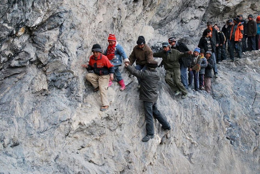 Κίνα. Στο τέλος κάθε τριμήνου οι μαθητές του χωριού Πιλί, στην αυτόνομη Περιοχή των Ουιγούρων, είναι υποχρεωμένοι να διασχίσουν 200 χιλιόμετρα για να γυρίσουν στα σπίτια τους. Σε αυτό το ταξίδι περνούν από ορεινά μονοπάτια και παγωμένα ποτάμια