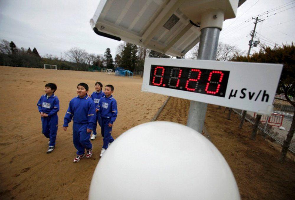 Ιαπωνία. Το πυρηνικό ατύχημα της Φουκουσίμα είναι γνωστό. Αυτό που δεν είναι γνωστό είναι πως οι μαθητές περνούσαν κάθε μέρα από μετρητές της ραδιενέργειας για να πάνε στο σχολείο