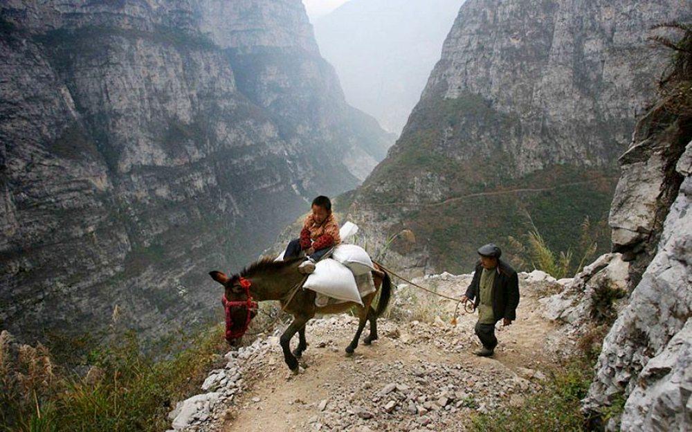 Κίνα. Πέντε ώρες σε ένα μουλάρι και μονοπάτια το πλάτος των οποίων δεν ξεπερνά το ένα μέτρο για την κατάκτηση της γνώσης