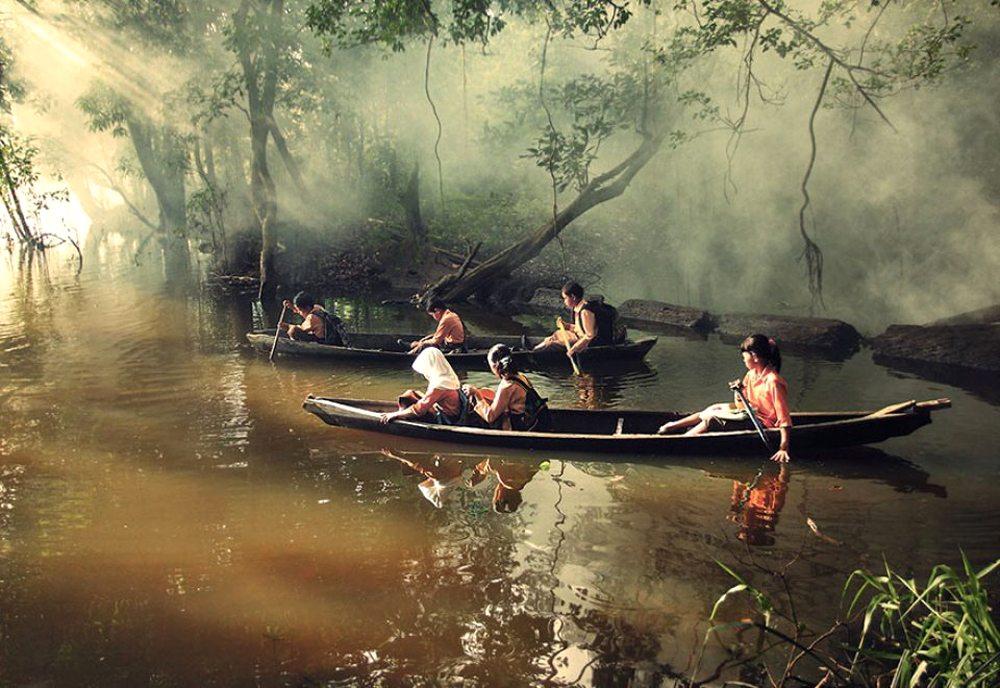 Ριάου, Ινδονησία. Στο δρόμο για το σχολείο τα παιδιά διασχίζουν το ποτάμι με κανό