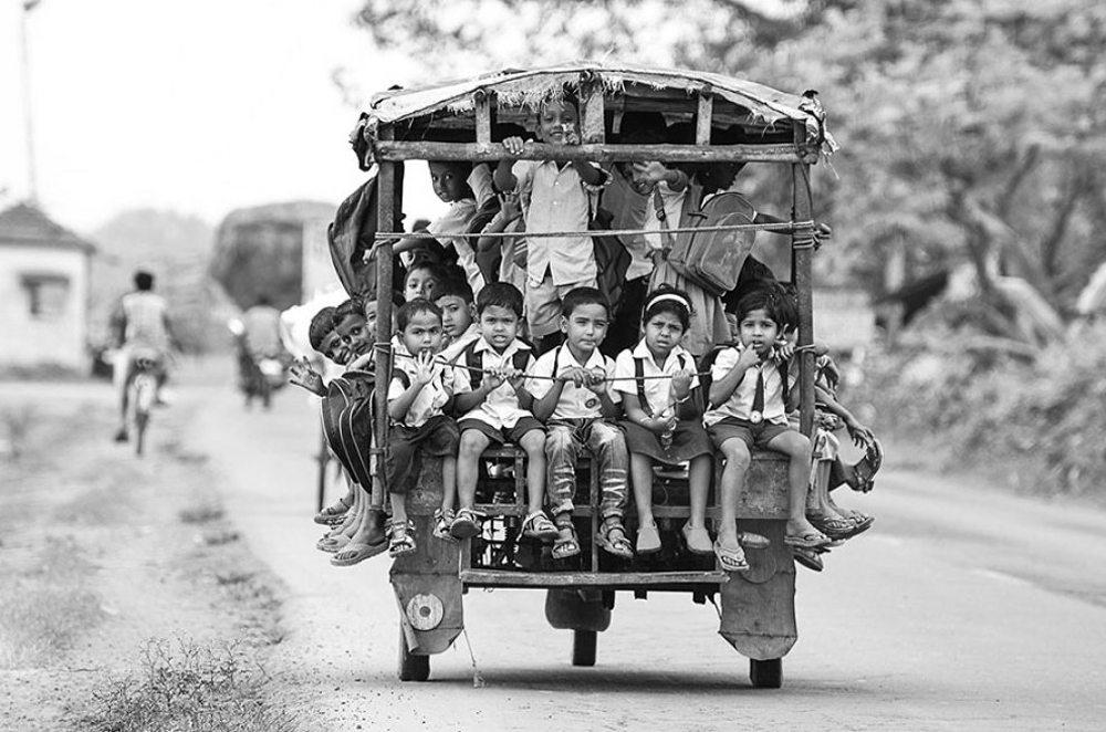 Μπελντάνγκα, Ινδία. Στο σχολείο με το τούκτουκ, το γραφικό μέσο μεταφοράς που χρησιμοποιείται σχεδόν σε ολόκληρη την Ασία