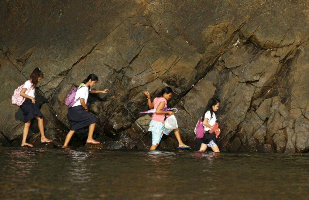 Μανίλα, Φιλιππίνες. Μια βραχώδης και γεμάτη νερό διαδρομή στον δρόμο για το σχολείο