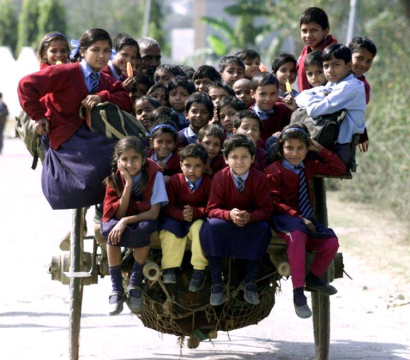 Νέο Δελχί, Ινδία. Στο κάρο που σέρνει ένα κουρασμένο άλογο. Πόσοι μαθητές χωράνε; Πάνω από 35…