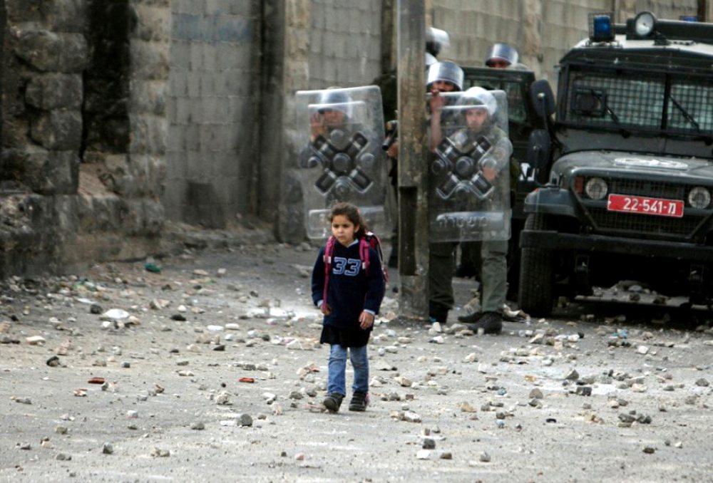 Σουαφάτ, Ιερουσαλήμ. Αντίθετα με τους πάνοπλους και υπερπροστατευμένους ισραηλινούς στρατιώτες, η μικρή Παλαιστίνια πηγαίνει στο σχολείο εντελώς εκτεθειμένη