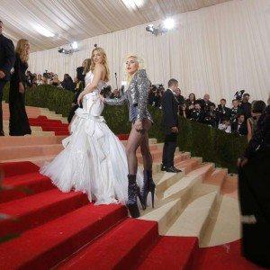 Κέιτ Χάντσον και Lady Gaga με Versace στο κόκκινο χαλί.