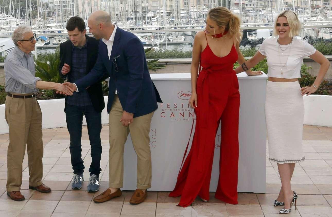 Ο Γούντι Αλεν καλωσορίζει στην Κρουαζέτ τους ηθοποιούς της ταινίας: Απί αριστερά Τζέσι Αϊζενμπεργκ, Κόρεϊ Στολ, Μπλέικ Λάιβλι και Κρίστεν Στιούαρτ