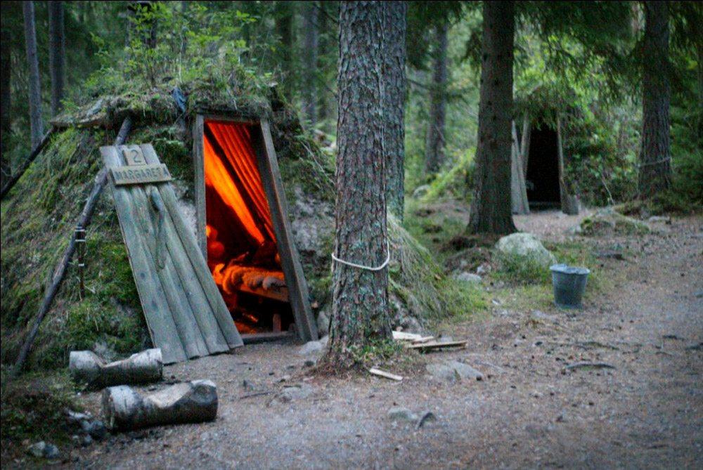 Kolarbyn, Σουηδία.  Θεωρείται το πιο άγριο ξενοδοχείο της Σουηδίας. Και αποτελείται από δώδεκα μικρές καμπάνες, ενώ βρίσκεται στο δάσος της πανέμορφης λίμνης Σκάρσγιον. Οι καμπάνες δεν έχουν ηλεκτρικό, ενώ το τεχνητό φως εξασφαλίζεται από κεριά και παραδοσιακές λάμπες θυέλλης. Η θέρμανση υπάρχει από ξυλόσομπα, ενώ μια βουτιά στη λίμνη είναι ό,τι πρέπει για ένα φρεσκάρισμα.