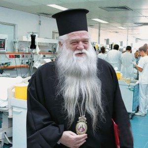 Ο Μητροπολίτης Καλαβρύτων Αμβρόσιος κατά τη διάρκεια της επίσκεψής του στα επείγοντα περιστατικά γνωστού νοσοκομείου της Αττικής