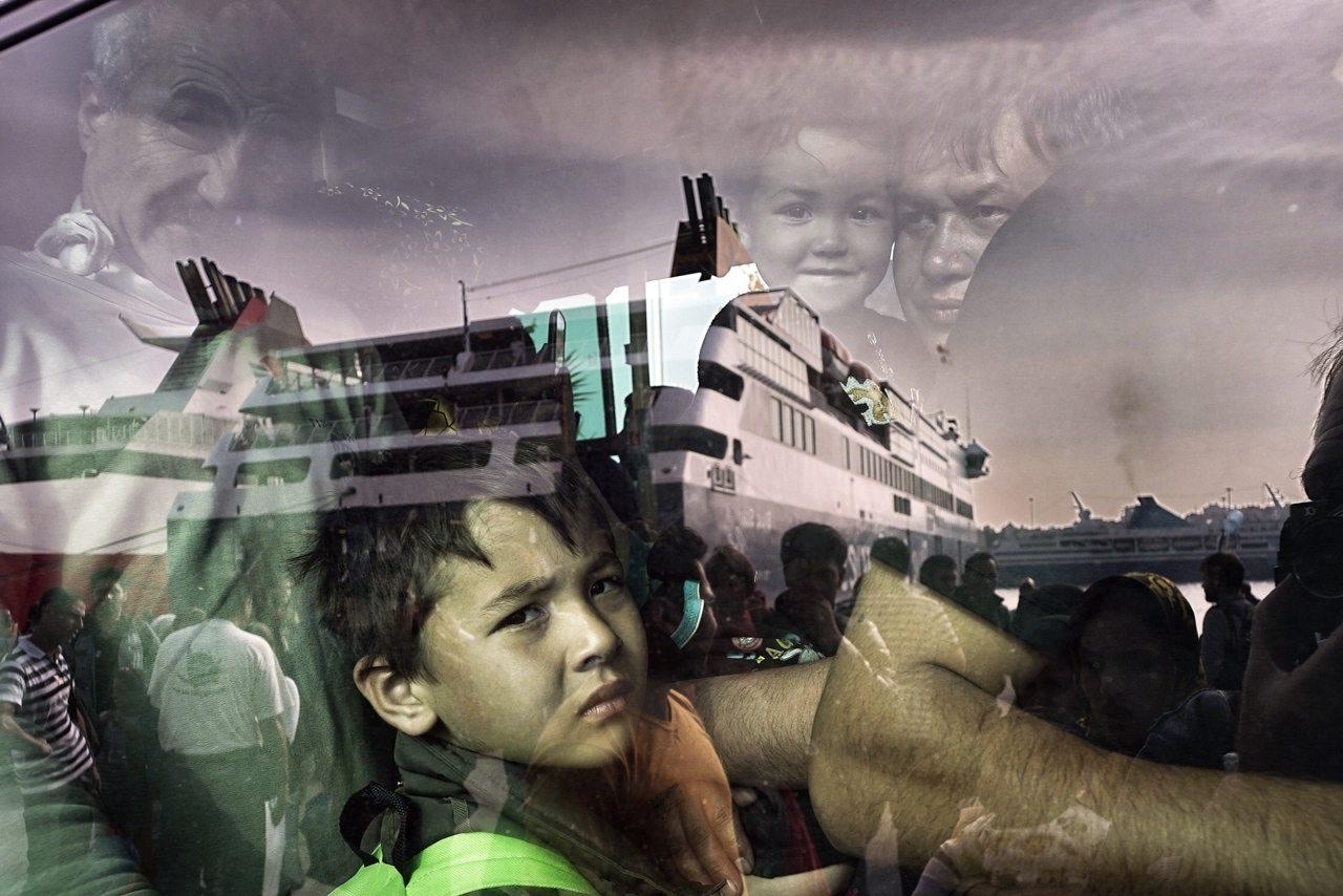 Ενα μικρό αγόρι κοιτά μέσα από το τζάμι του λεωφορείου / Milos Bicanski