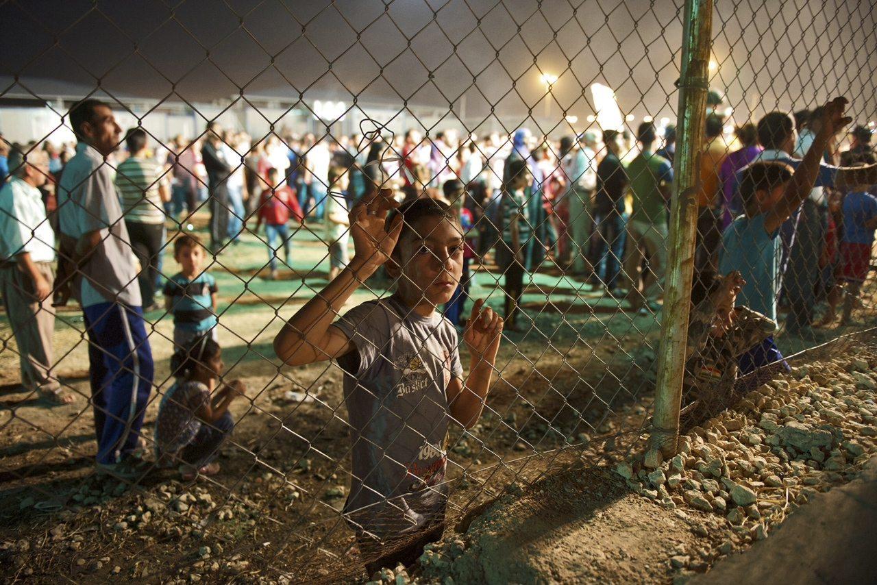 Ο φωτογραφικός φακός εστιάζει μέσα σε ένα κέντρο κράτησης / Δημήτρης Μπούρας