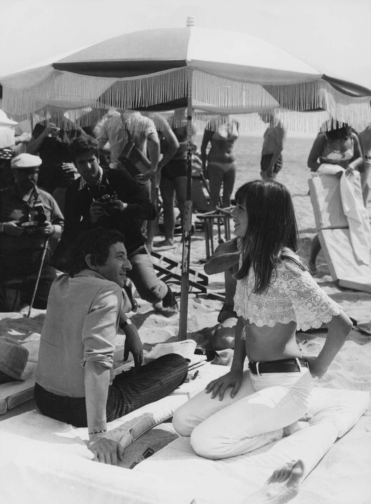 Μάιος 1969. Ενα ζευγάρι συνώνυμο του αισθησιασμού. Ο γάλλος τραγουδοποιός Σερζ Γκενσμπούρ με τη βρετανή ηθοποιό Τζέιν Μπίρκιν στην παραλία των Καννών