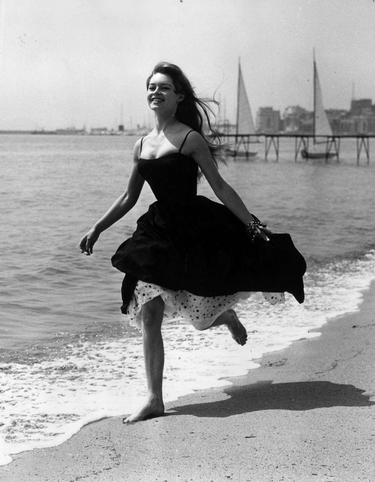 Είναι Απρίλιος 1956 και ο Θεός έχει πλάσει την Μπριζίτ Μπαρντό. Η 21χρονη Γαλλιδούλα τρέχει ξυπόλητη στην παραλία των Καννών χαρίζοντας μια από τις πιο εμβληματικές φωτογραφίες του φεστιβάλ αλλά και του παγκόσμιου σινεμά