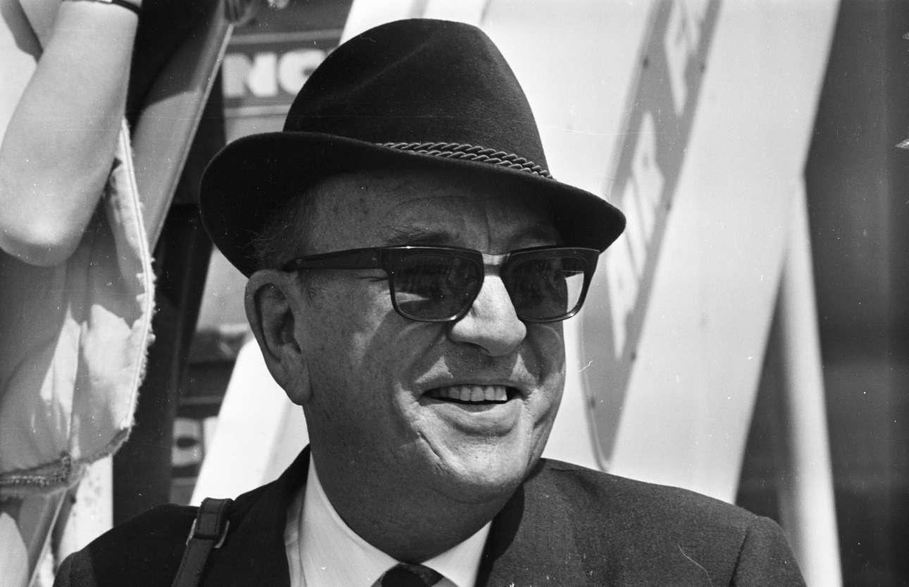 Μάιος 1965. Ο διάσημος άγγλος θεατρικός συγγραφέας, ηθοποιός και στοιχουργός Νόελ Κάουαρντ στις Κάννες