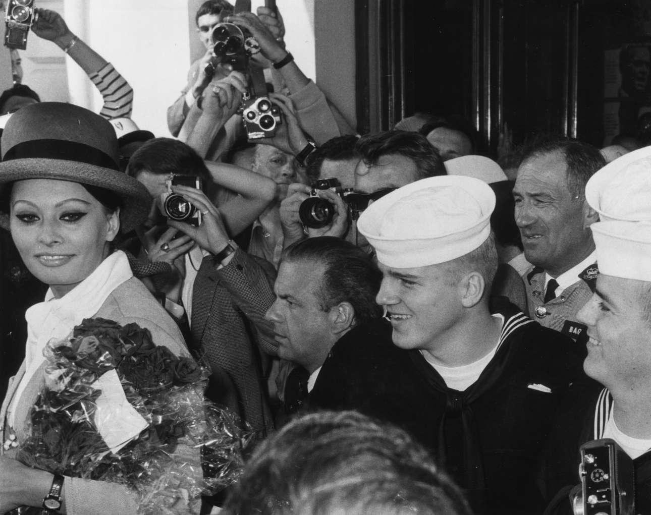 Μάιος του 1964, η Σοφία Λόρεν καταφθάνει στις Κάννες. Την υποδέχεται ένας στρατός από φωτογράφους και εικονολήπτες, αλλά και αμερικανοί ναύτες