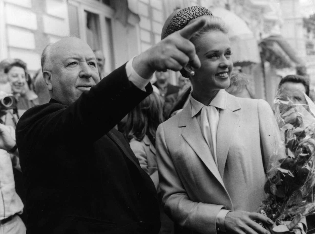 Στις ΗΠΑ η Ακαδημία του Χόλιγουντ επέμενε να τον αγνοεί - άλλωστε δεν τιμήθηκε ποτέ με Οσκαρ. Το Μάιο του 1963 λοιπόν, ο μέγας Αλφρεντ Χίτσκοκ κλέβει την παράσταση στις Κάννες παρέα με την Τίπι Χέντρεν, πρωταγωνίστρια στα περίφημα «Πουλιά»