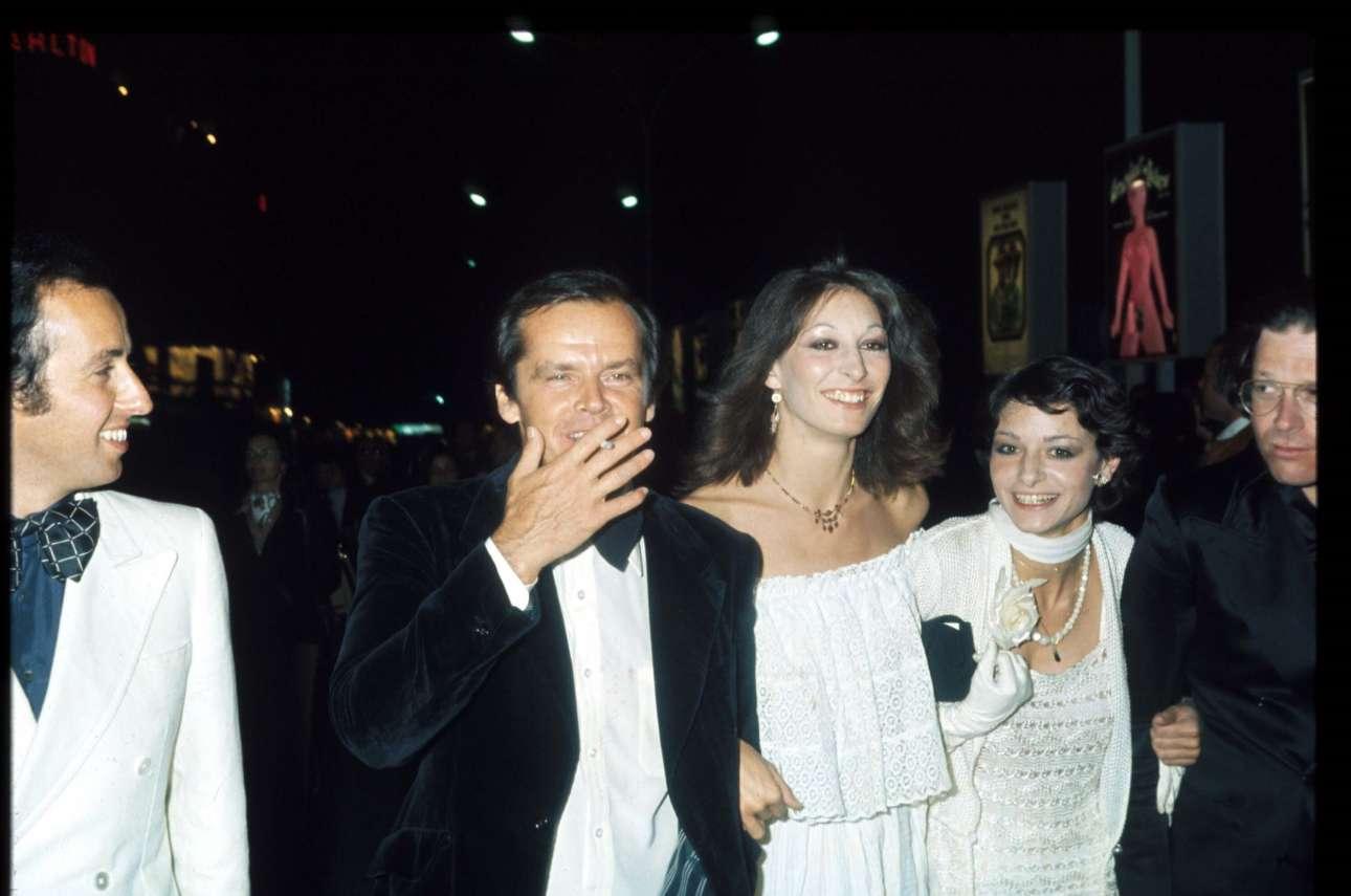 Μάιος 1974. Ο Τζακ Νίκολσον με τη λατρεμένη του Αντζέλικα Χιούστον στο 27o φεστιβάλ των Καννών. Εκείνη τη χρονιά ο Νίκολσον τιμήθηκε με το βραβείο καλύτερου άνδρα ηθοποιού για το φιλμ «The Last Detail», που στην Ελλάδα προβλήθηκε με τον τίτλο «Το τελευταίο απόσπασμα»