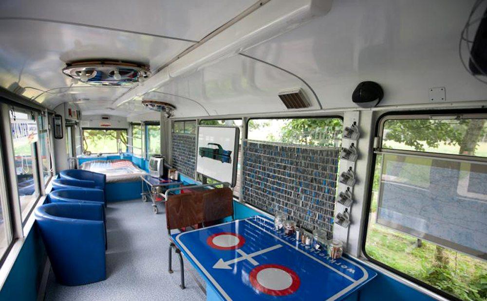 Controversy Tram Hotel, Ολλανδία.  Το τραμ κυκλοφορούσε κάποτε στους δρόμους του Αμστερνταμ και της Γερμανίας. Σήμερα τα δύο βαγόνια του έχουν μετατραπεί σε δωμάτια – το ένα από αυτά μάλιστα είναι πολυτελείας και διαθέτει και τζακούζι σε σχήμα μεξικάνικου σομπρέρο. Οι ιδιοκτήτες, Φρανκ και Ιρμα Απελ, κοιμούνται σε ένα παλιό διώροφο κόκκινο λεωφορείο, ενώ η κουζίνα έχει στηθεί σε ένα γαλλικό φορτηγό.