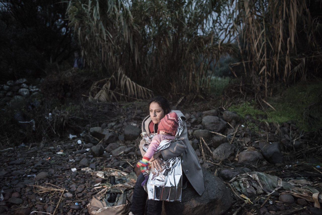 Μια μητέρα προσπαθεί να ζεστάνει το παιδί της / Ορέστης Σεφέρογλου