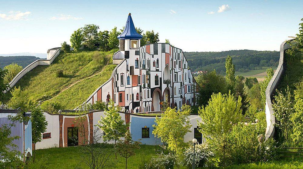 Rogner Bad Blumau, Αυστρία.  Δεν είναι στη Σελήνη ή σε κάποιον φανταστικό κόσμο αλλά στην Αυστρία. Το ντιζάιν εδώ υπηρετεί απολύτως τις ανάγκες του επισκέπτη. Προσοχή στην οροφή, είναι καλυμμένη εξ' ολοκλήρου με γρασίδι. Και το σχήμα αντιγράφει εκείνο των γειτονικών λόφων.