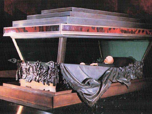 lenin-mausoleum-sarcophagus-03-700 pxl