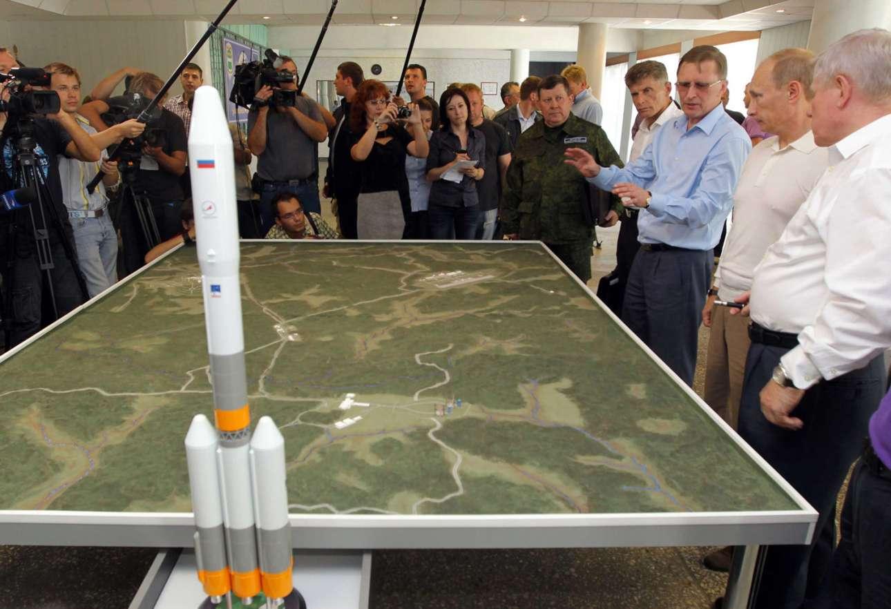 Ο πρόεδρος της Ρωσίας, Βλαντιμίρ Πούτιν, μαθαίνει τα πάντα για το νέο κοσμοδρόμιο, κατά τη διάρκεια επίσκεψης στο κτίριο του ρωσικού εθνικού διαστημικού κέντρου