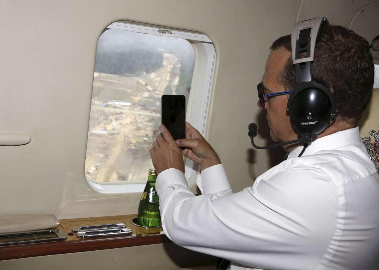 Ο Πρωθυπουργός της Ρωσίας Ντμίτρι Μεντβέντεφ βγάζει φωτογραφίες με το τηλέφωνό του από το ελικόπτερο
