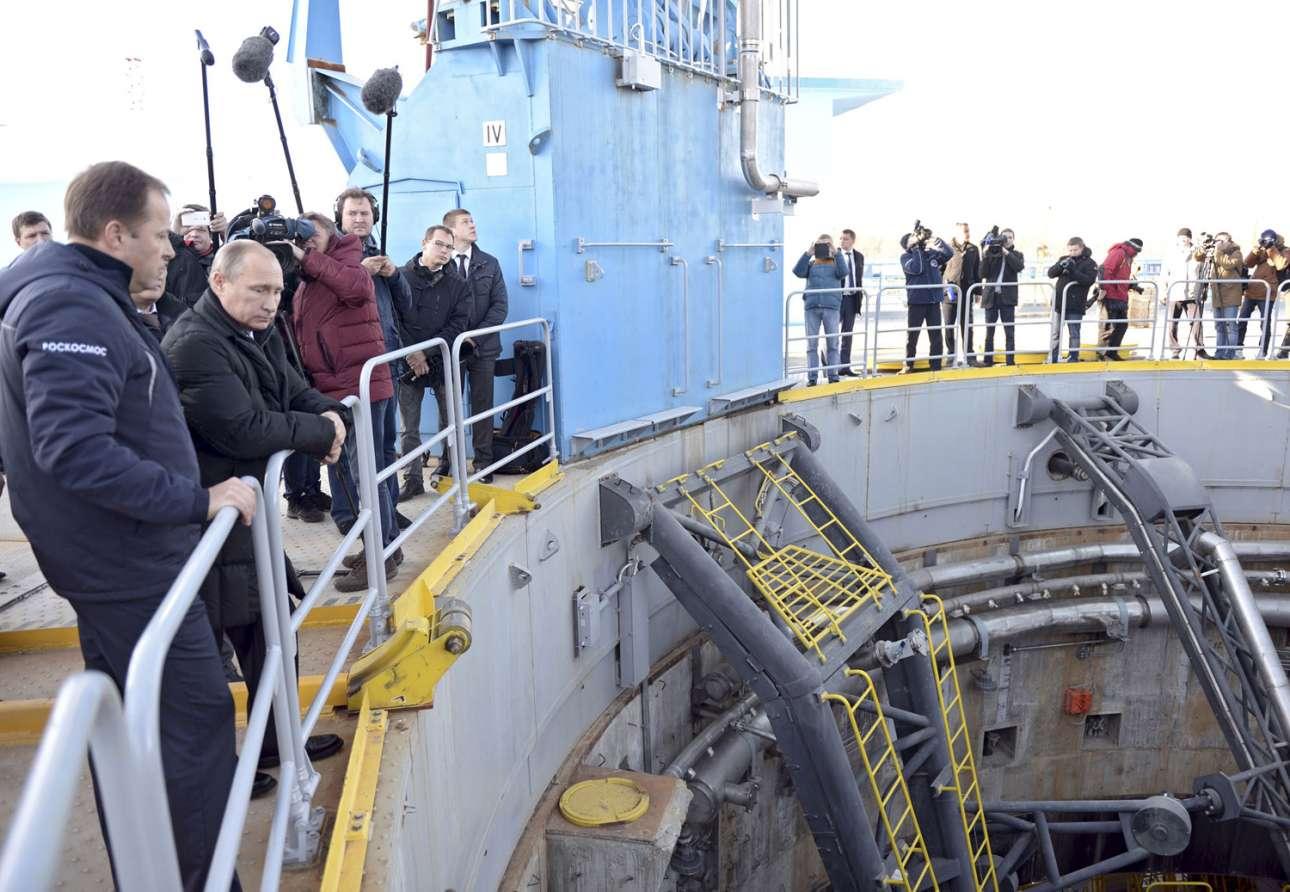 Ο ρώσος Πρόεδρος Βλαντιμίρ Πούτιν (δεξιά) παρακολουθεί τον Ιγκόρ Κομαρόφ (αριστερά) της Ομοσπονδιακής Διαστημικής Υπηρεσίας καθώς του παρουσιάζει την υπό κατασκευή εξέδρα εκτόξευσης. 14 Οκτωβρίου 2015