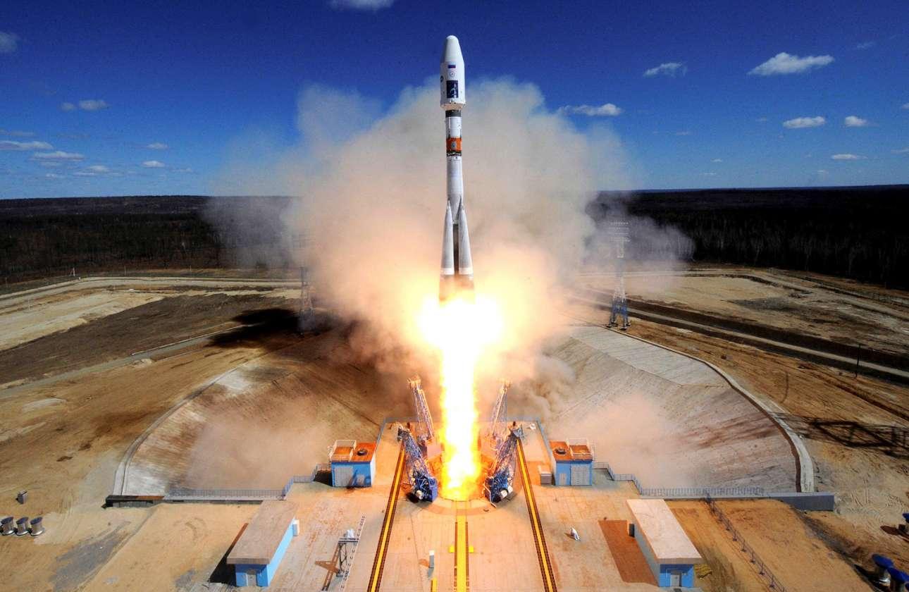 Ενας πύραυλος που μεταφέρει δορυφόρους Lomonosov, Aist-2D και SamSat-218 απογειώνεται από την εξέδρα εκτόξευσης στο νέο κοσμοδρόμιο Βοστότσνι, έξω από την πόλη Ούγκλεγκορσκ, στην περιοχή Αμούρ στην Απω Ανατολή