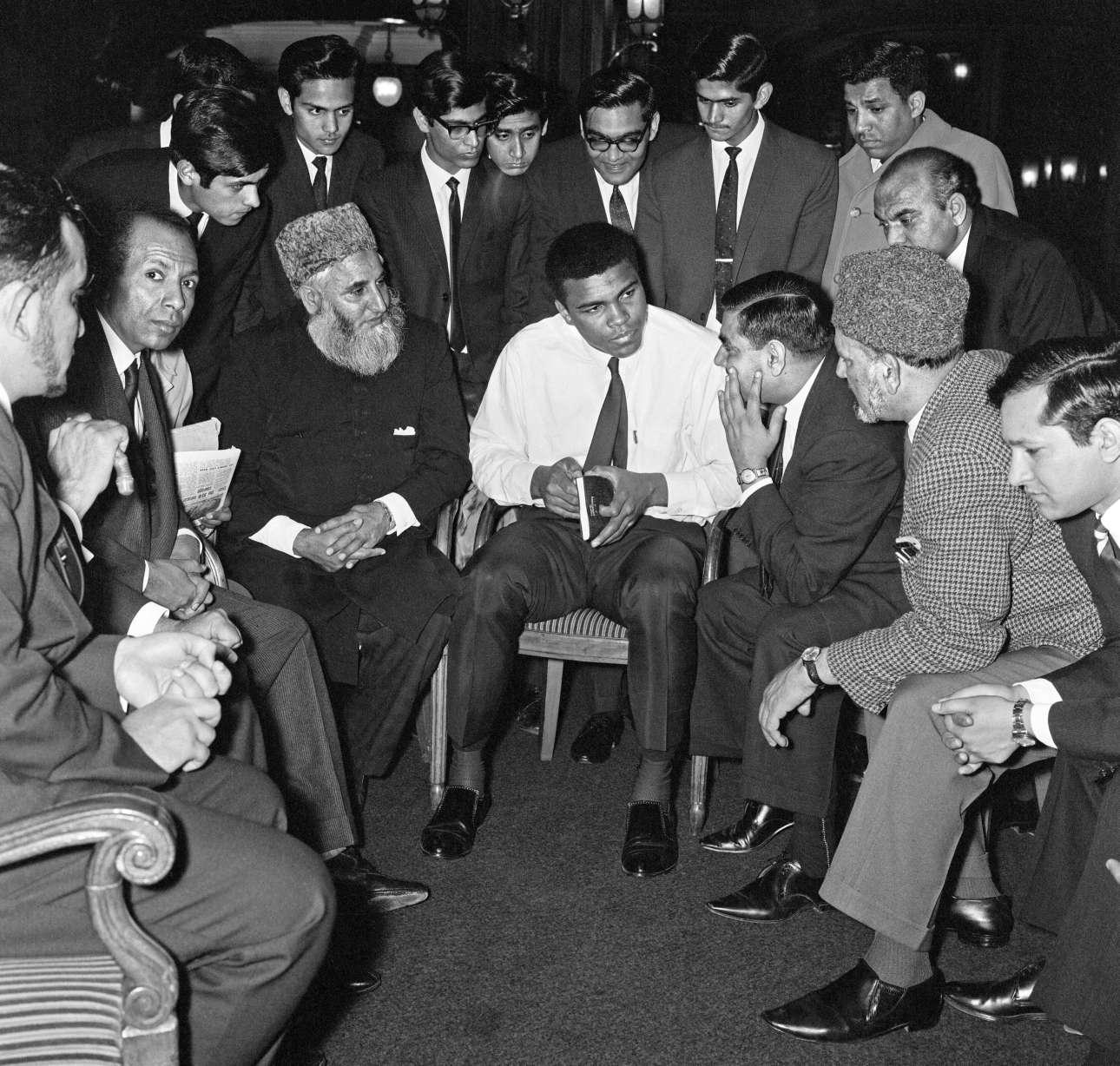 Μάιος 1966, Λονδίνο. Κρατώντας το βιβλίο του Εθνους του Ισλάμ, ο Μοχάμεντ Αλι συνομιλεί με μουσουλμάνους της βρετανικής πρωτεύουσας