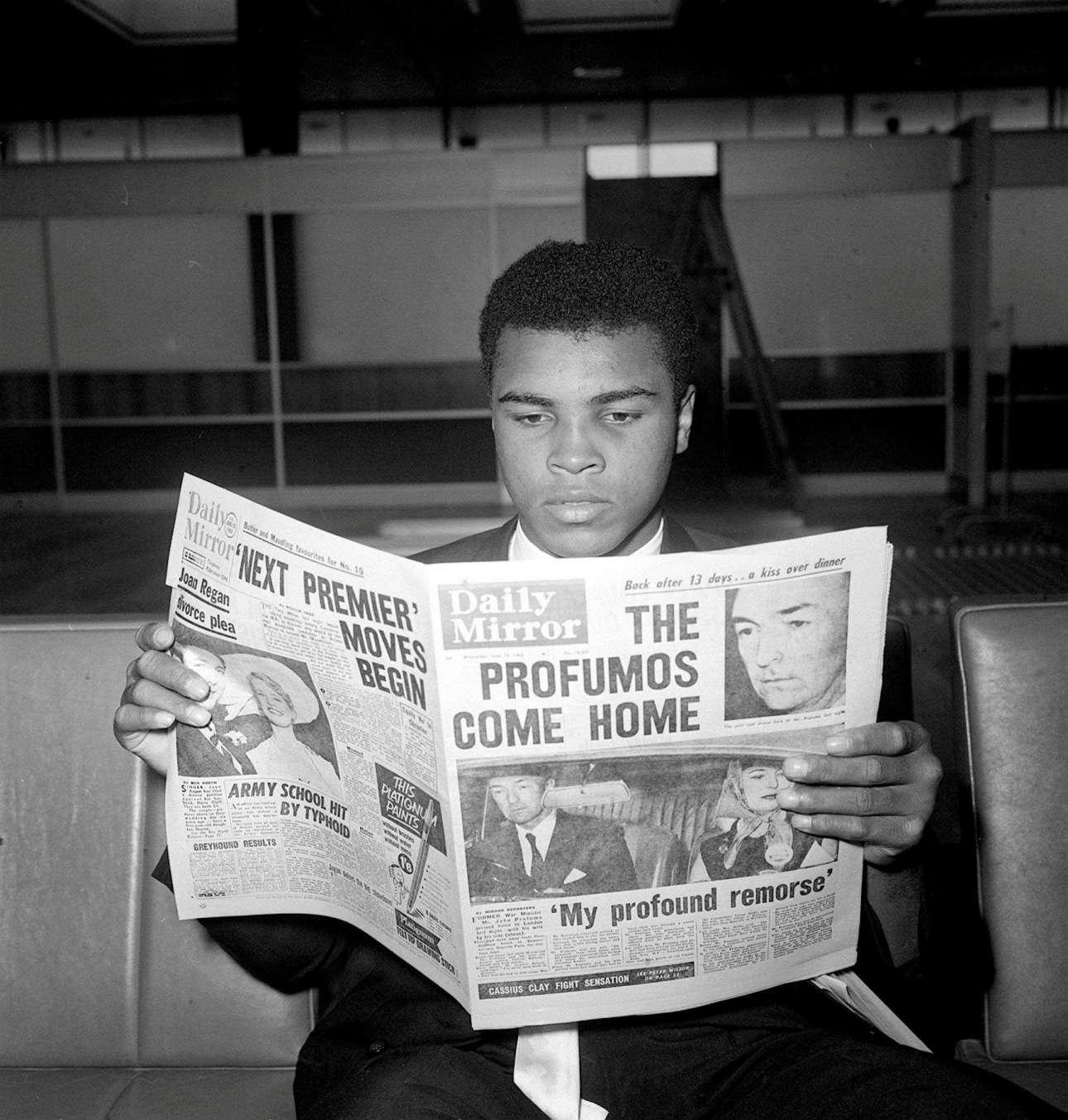 Ιούνιος 1963. Είναι ακόμα ο Κάσιους Κλέι. Και διαβάζει στο Λονδίνο την Daily Mirror για το Σκάνδαλο Προφιούμο, λίγο πριν τον αγώνα του με τον βρετανό πρωτοπυγμάχο Χένρι Κούπερ