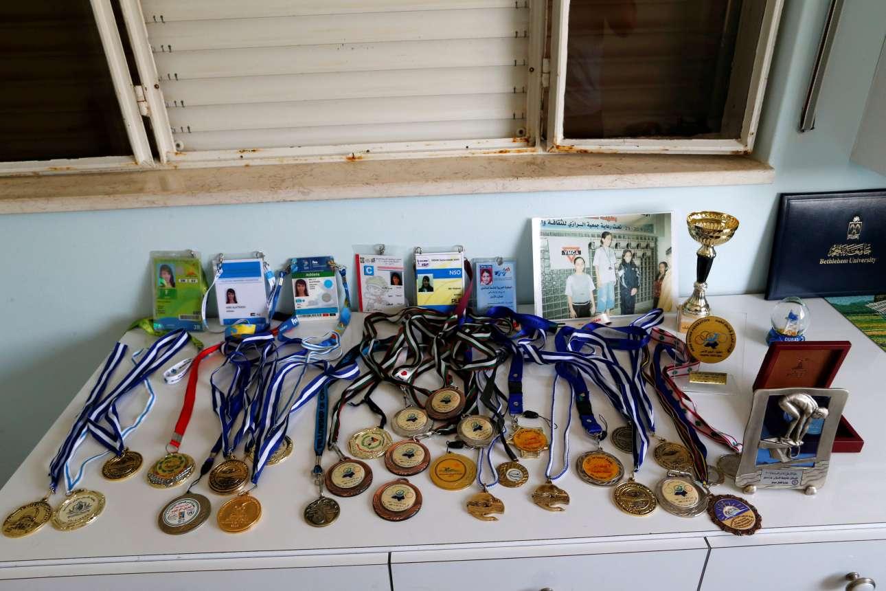 Μία γωνιά στο σπίτι έχει γεμίσει με τα μετάλια και τις διαπιστεύσεις συμμετοχής σε αθλητικές διοργανώσεις της 22 χρονης Μαρί