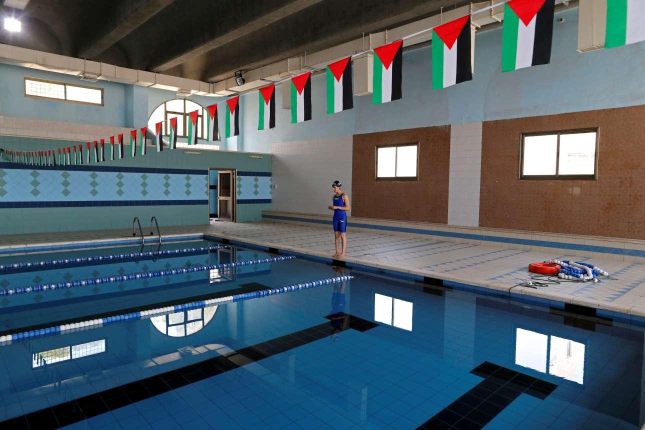 Παλαιστινιακές σημαίες πάνω από τη μικρή πισίνα όπου η νεαρή κολυμβήτρια περνάει το μεγαλύτερο μέρος της ημέρας της