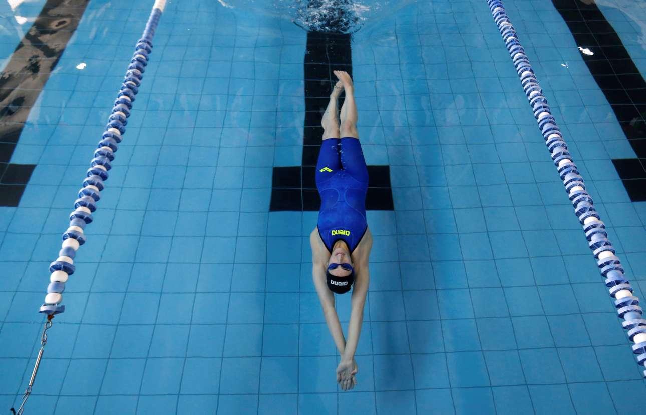 Μεγάλη βουτιά κάτω από το νερό. Η πισίνα στην οποία προπονείται δεν είναι ολυμπιακών διαστάσεων. Αλλά της αρκεί για να κάνει το όνειρό της πραγματικότητα