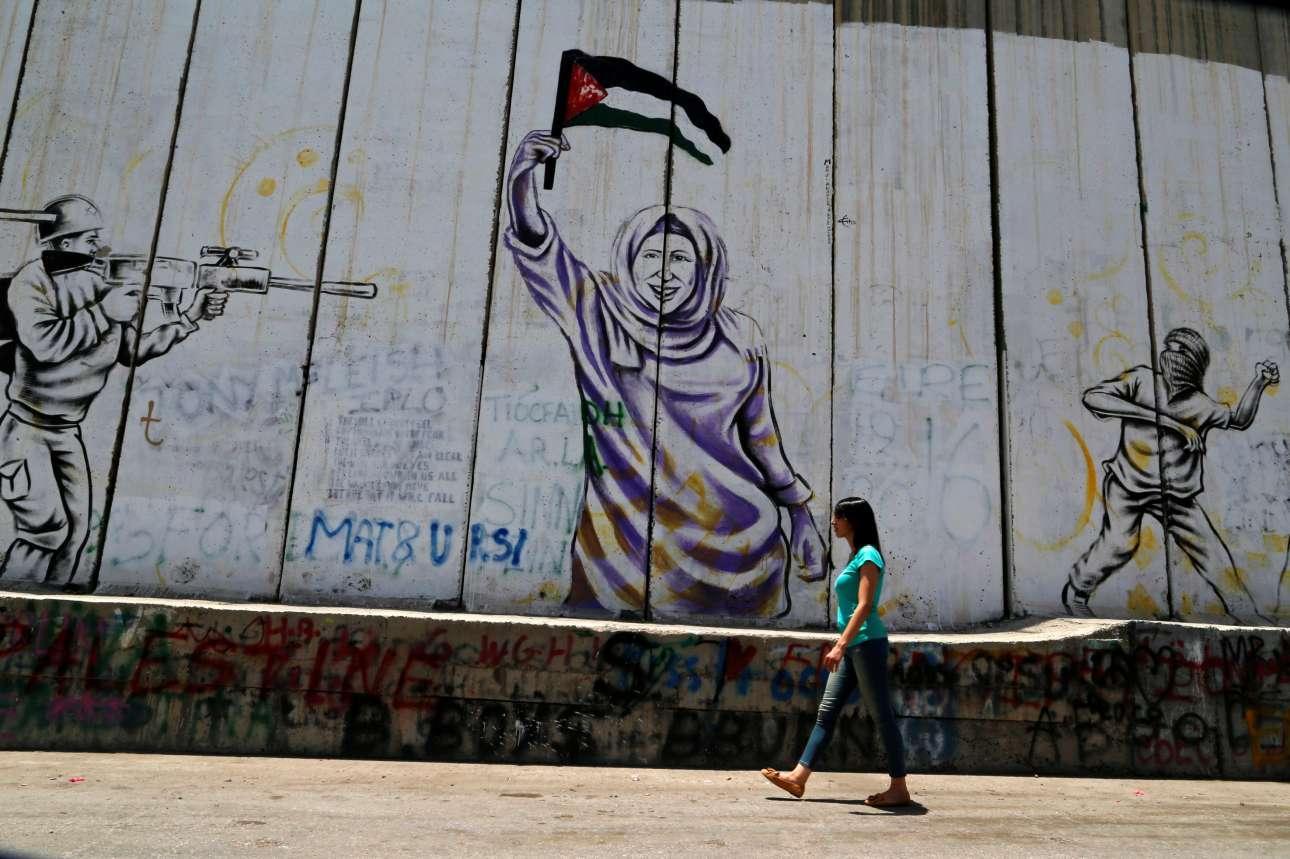 Η Μαρί Αλ-Τρας βαρίζει δίπλα στο τείχος του αίσχους, που χωρίζει τη Δυτική Οχθη.
