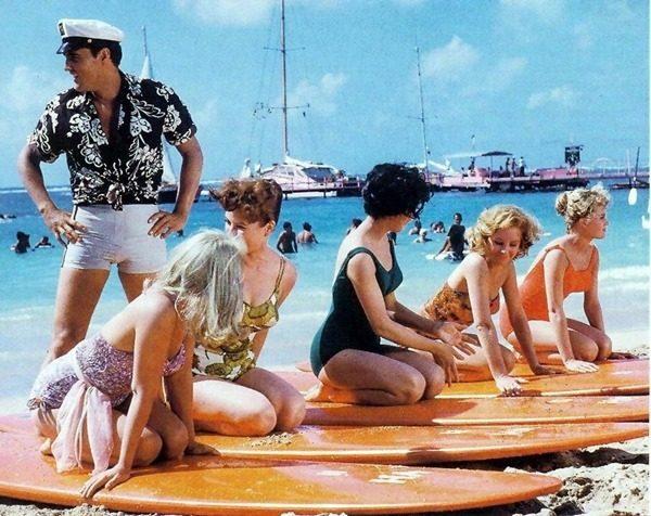 Blue_Hawaii_Elvis_on_beach