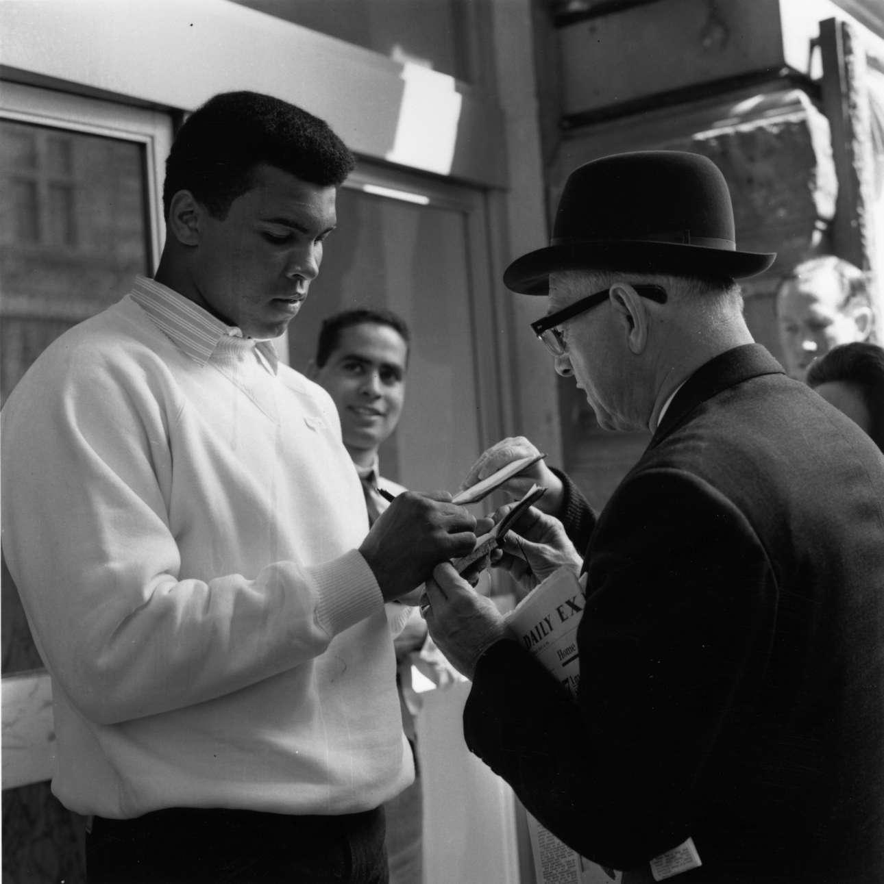 Το έτος είναι 1966, ο Αλι είναι ήδη παγκόσμιος πρωταθλητής. Ακόμα και οι πιο ηλικιωμένοι σπεύδουν να τον παρακαλέσουν για ένα αυτόγραφο