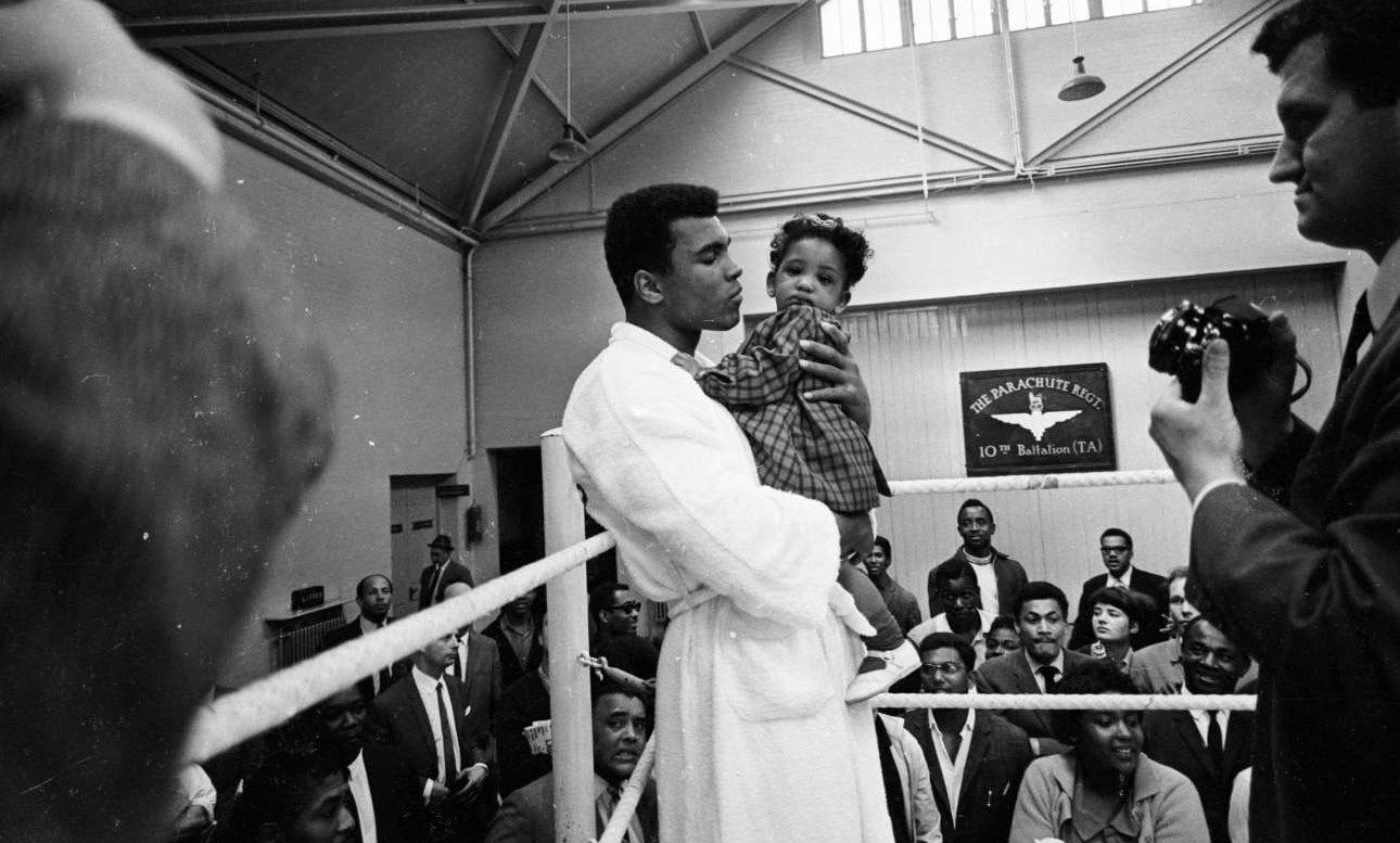 Μάιος 1966, στο Λονδίνο. Ο Μοχάμεντ Αλι παίρνει στην αγκαλιά του την οκτώ μηνών Μαρία Μορίν στο περιθώριο προπόνησης